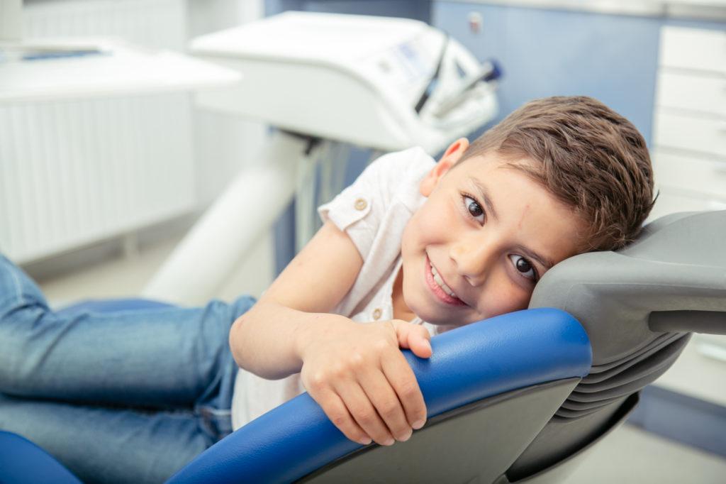 Zahnarzt Koblenz Karthause - Fernandez - Leistungen - Kind auf Zahnarztstuhl schaut in die Kamera