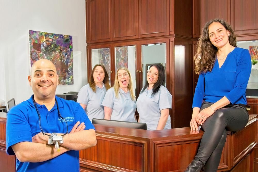 Zahnarzt Koblenz Karthause - Fernandez - das ganze Team am Empfang der Praxis