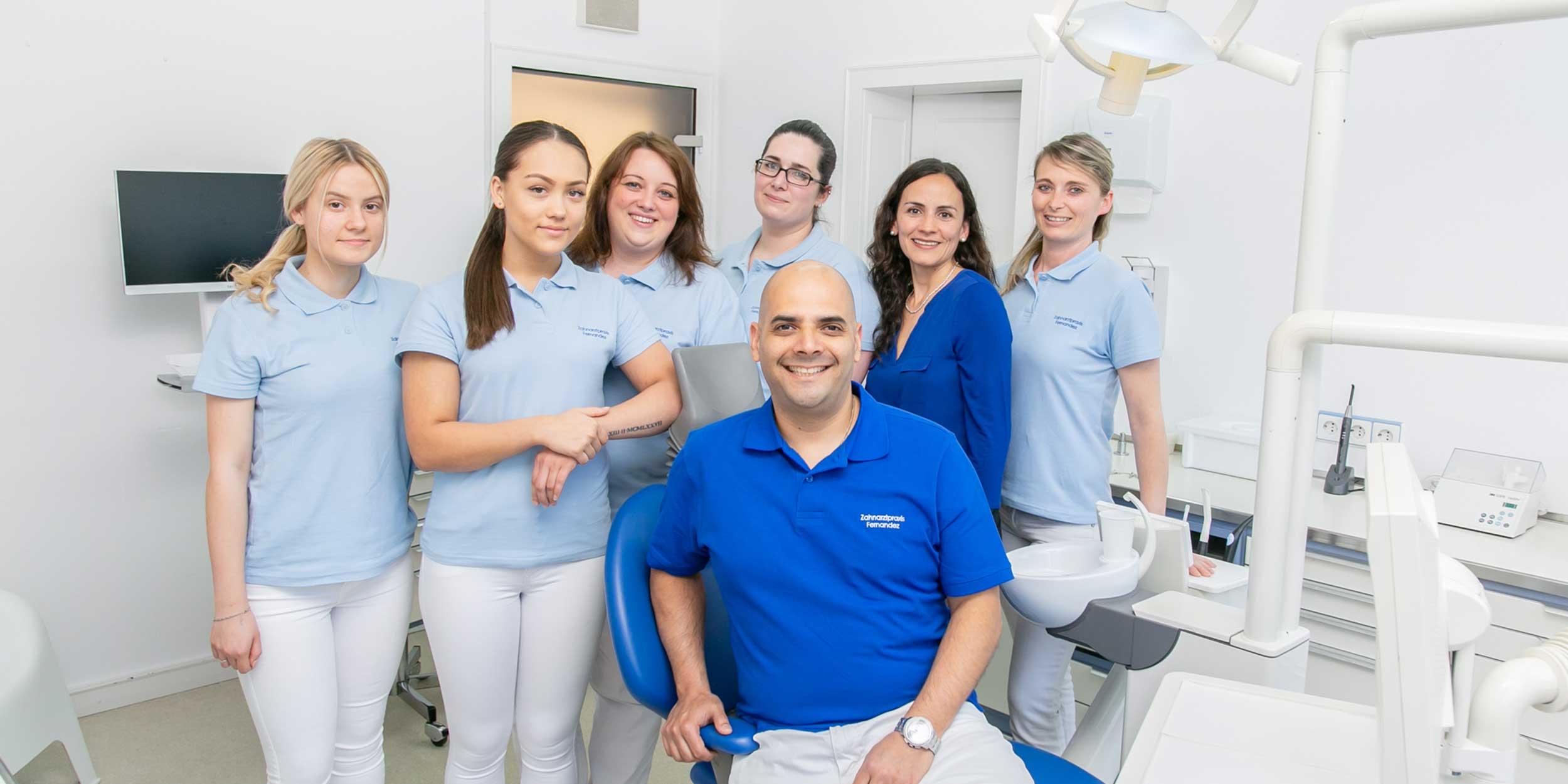 Zahnarzt Koblenz Karthause - Fernandez - Gruppenbild des Teams in einem Behandlungsraum der Praxis